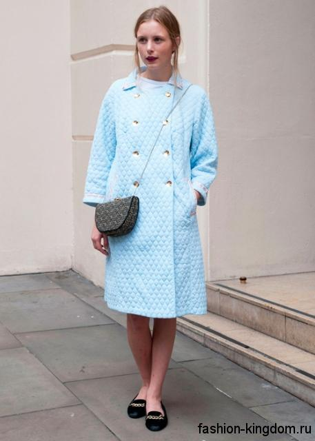 Демисезонное пальто светло-голубого тона в стиле ретро, длиной чуть ниже колен в тандеме с черными туфлями на низком ходу.