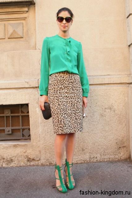 Юбка-карандаш леопардовой расцветки на каждый день сочетается с блузкой мятного цвета с длинными рукавами.