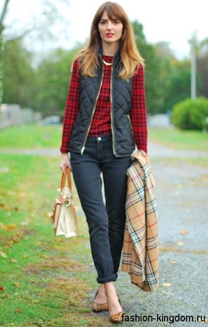 Осенняя рубашка красно-черного цвета в тандеме с черной жилеткой, брюками черного тона и туфлями светло-коричневого оттенка на небольшом каблуке.