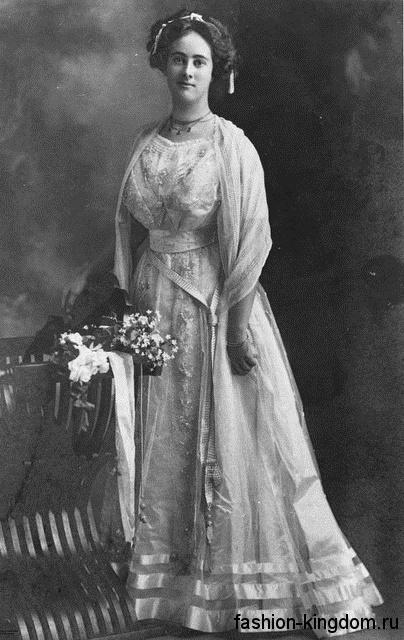 Вечернее длинное платье 1900-х с выделенной талией, декорированное ажурными вставками и бусинами.