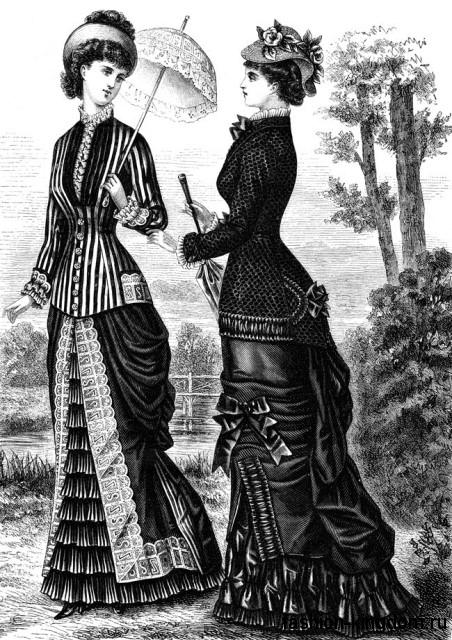 Модные платья в пол 1900-х, S-образного кроя, с обильной отделкой дополняются небольшими шляпами и кружевными зонтами.