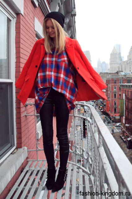 Клетчатая рубашка сине-розовой расцветки, свободного кроя сочетается с пальто красного цвета и узкими черными брюками.