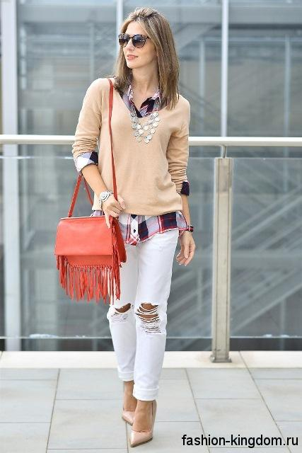 Модная рубашка в клетку фиолетового тона в сочетании с бежевой кофточкой, белыми рваными джинсами и бежевыми туфлями на каблуке.