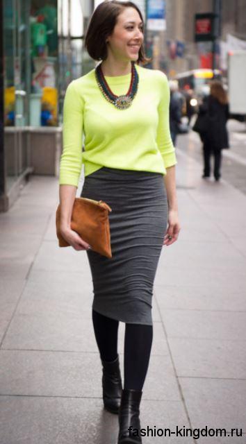 Офисный вариант юбки-карандаш темно-серого оттенка сочетается с блузкой цвета лайм с рукавами три четверти.