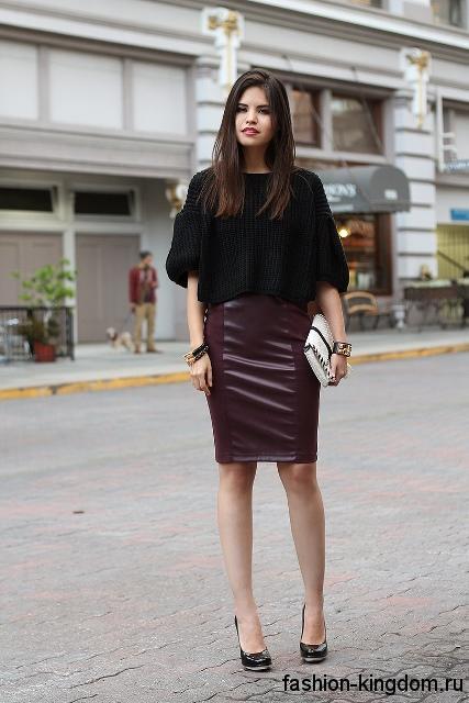 Кожаная юбка-карандаш цвета марсала сочетается с черной кофточкой, свободного фасона, с рукавами до локтей.