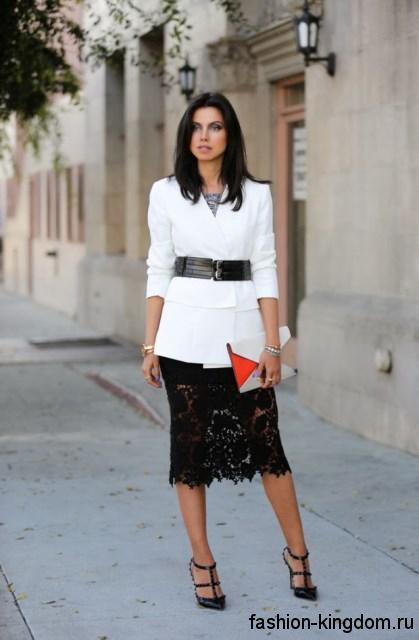 Ажурная юбка-карандаш черного цвета для вечернего стиля в сочетании с белым удлиненным жакетом с широким черным поясом.