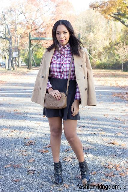 Клетчатая рубашка бело-розового цвета сочетается с короткой черной юбкой и коротким пальто бежевого оттенка.