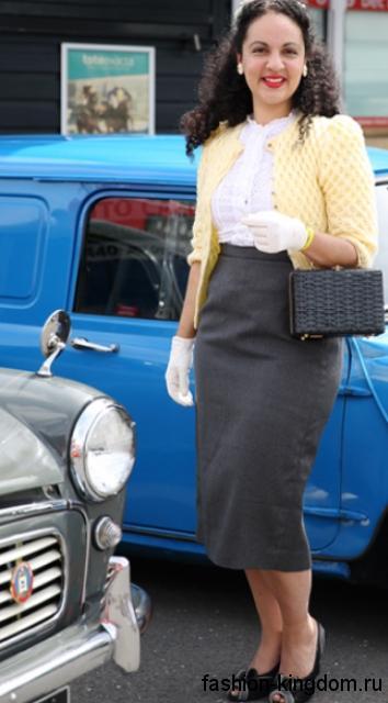 Классическая серая юбка-карандаш длиной ниже колен гармонирует с белой блузкой и кардиганом желтого тона.