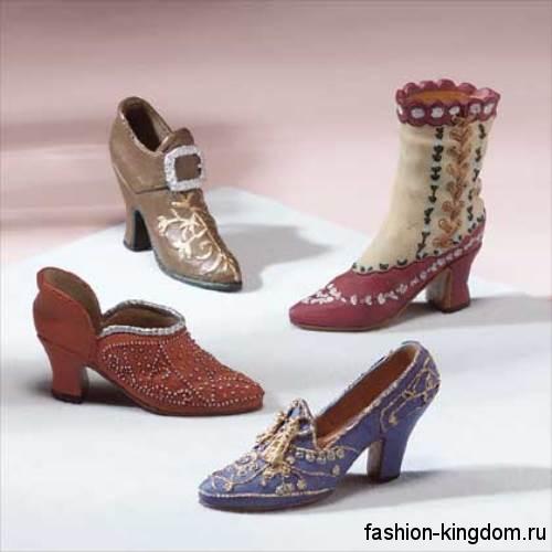 Модная обувь 1900 на низком широком каблуке, декорированная вышивкой и бисером.