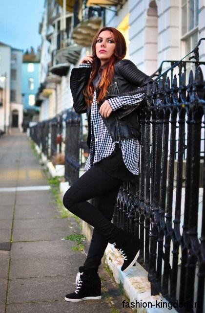 Повседневный образ с клетчатой рубашкой черно-белого цвета гармонирует с узкими черными брюками и короткой кожаной курткой.