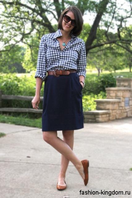 Летняя рубашка в клетку черно-белого цвета дополняет юбку-миди прямого фасона и туфлями светло-коричневого оттенка на низком ходу.