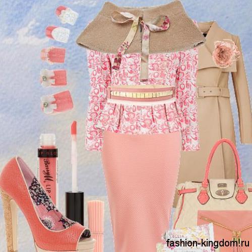 Повседневная юбка-карандаш розового цвета сочетается с блузкой бело-розового тона и открытыми туфлями в тон.