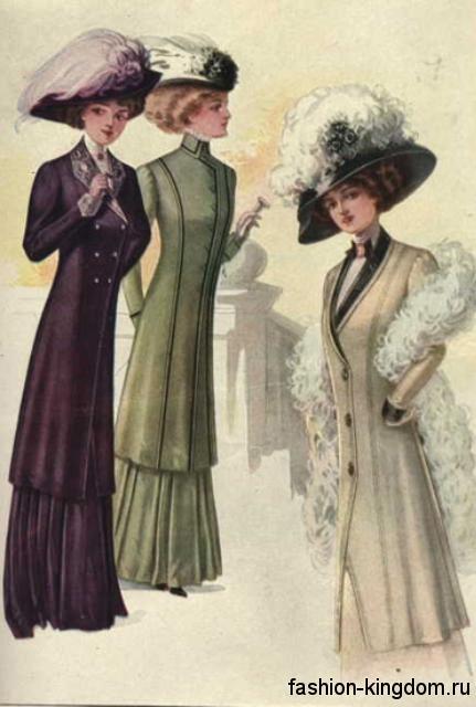 Женские пальто узкого фасона в моде 1900, темных оттенков, длиной ниже колен в сочетании со шляпами, декорированными перьями.
