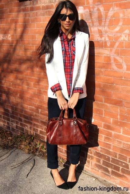 Стильная клетчатая рубашка в красных тонах гармонирует с белым пиджаком, черными брюками прямого кроя и черными туфлями на низком каблуке.
