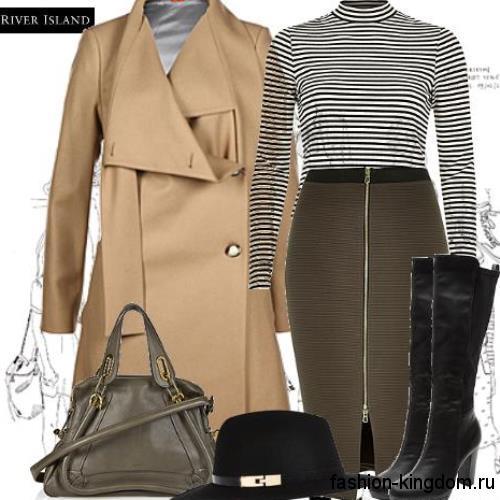 Осенняя юбка-карандаш цвета хаки с молнией в сочетании с кофточкой черно-белого тона в полоску и демисезонным бежевым пальто.