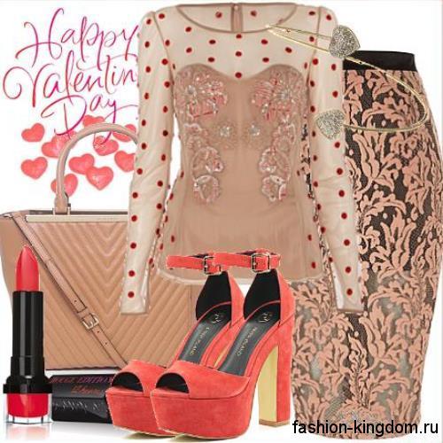 Гипюровая бежевая юбка-карандаш для вечернего образа гармонирует с шифоновой бежевой блузкой и открытыми туфлями на каблуке.