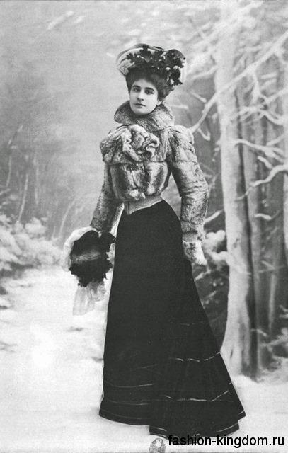 Короткая шубка из натурального меха 1900-х годов в сочетании с длинным черным платьем с акцентом на талии.