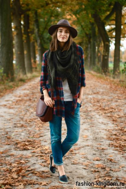 Осенняя клетчатая рубашка красно-синего цвета в сочетании с джинсами, шляпой федора и туфлями на низком ходу.