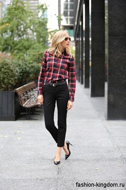 Рубашка в клетку красно-синего цвета с длинными рукавами в тандеме с узкими черными брюками и туфлями на каблуке для работы.