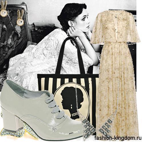Длинное платье в моде 1900-х пастельной гаммы с мелким принтом, с рукавами до локтей в сочетании с большой сумкой и туфлями на широком каблуке.