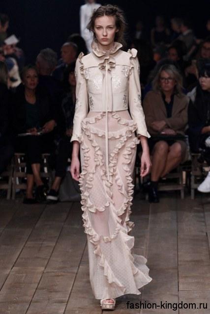 Длинная кружевная юбка узкого кроя в стиле 1900-х дополняется коротким жакетом пастельных оттенков с вышивкой из коллекции Alexander McQueen.