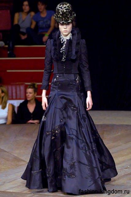 Вечернее шелковое платье темно-фиолетового цвета, с акцентом на талии в стиле 1900, декорированное мехом и вышивкой, от Alexander McQueen.