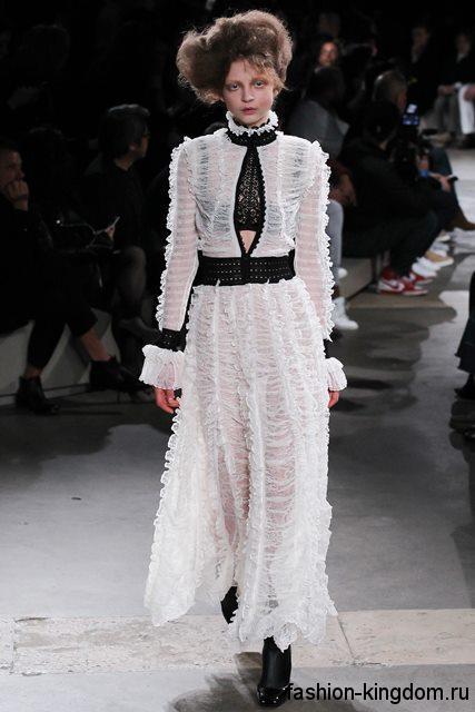 Кружевное длинное платье белого цвета с выделенной талией в стиле 1900, с длинными рукавами и воротником стойкой от Alexander McQueen.