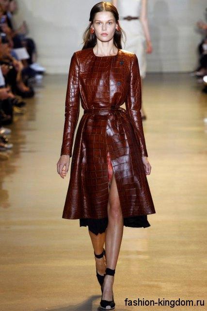 Кожаное демисезонное пальто темно-красного цвета, приталенного фасона, длиной до колен из коллекции Altuzarra.