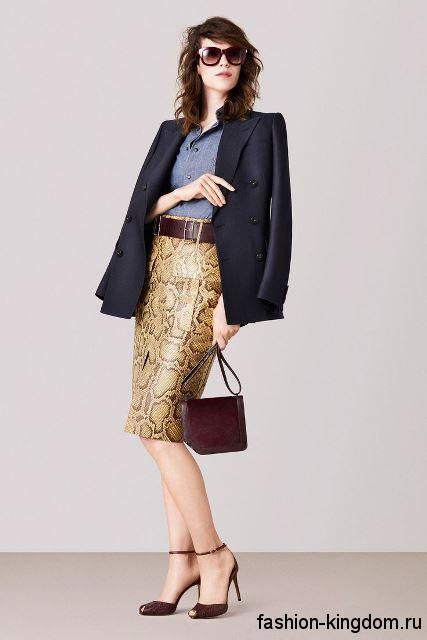 Юбка-карандаш с анималистическим принтом сочетается с классическим черным пиджаком и черной блузкой от Bally.