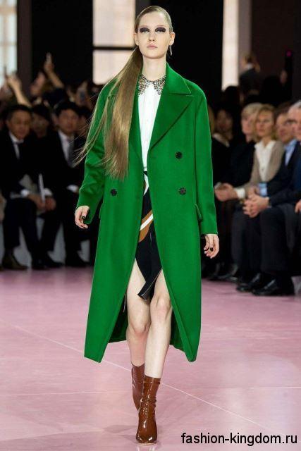 Стильное демисезонное пальто зеленого цвета, длиной ниже колен в сочетании с ботильонами коричневого тона от Christian Dior.
