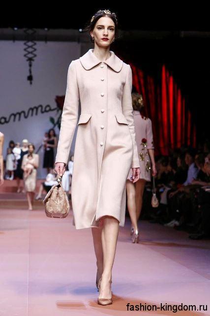 Женское демисезонное пальто в стиле ретро молочного оттенка, длиной чуть ниже колен из коллекции Dolce Gabbana.