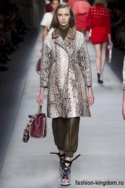 Женское демисезонное пальто прямого силуэта, с анималистическим принтом, длиной чуть выше колен от Fendi.