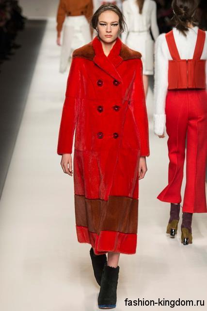 Длинное демисезонное пальто красного цвета прямого фасона, с меховыми вставками из коллекции Fendi.