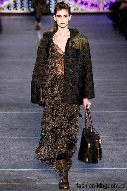 Длинное платье бронзового цвета с завышенной талией, декорированное вышивкой, в стиле 1900-х из коллекции Kenzo.