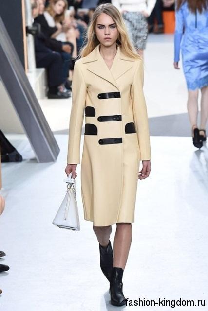 Элегантное демисезонное пальто кремового цвета, приталенного кроя, с черными вставками, длиной миди от Louis Vuitton.