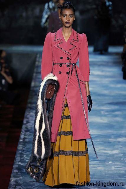 Образ в стиле моды 1900 в виде длинной юбки горчичного цвета, с кружевом в тандеме с розовым пальто длиной ниже колен, с вышивкой от Marc Jacobs.