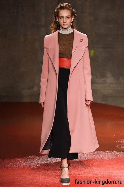 Длинное демисезонное пальто светло-розового оттенка, полуприталенного фасона из коллекции модного дома Miranda Kerr.