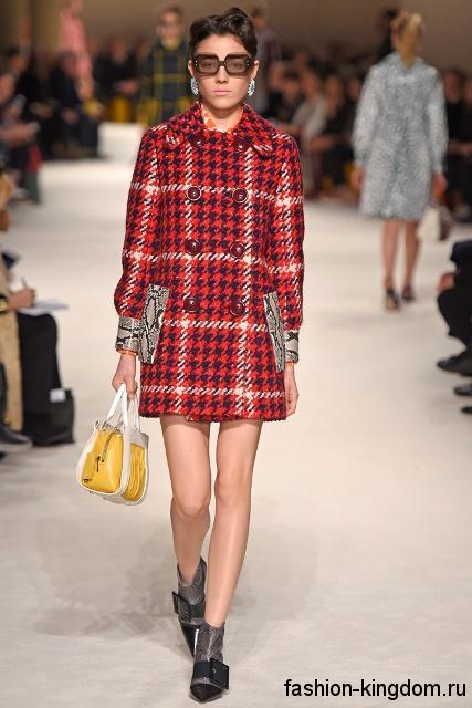 Короткое демисезонное пальто красного тона в клетку, в стиле пин ап, прямого фасона из коллекции Miu Miu.