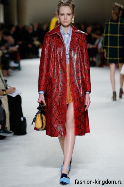 Кожаное демисезонное пальто красного цвета, со змеиным принтом, прямого фасона из коллекции Miu Miu.