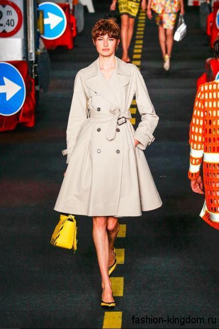 Демисезонное пальто в стиле ретро, с акцентом на талии, длиной до колен в сочетании с туфлями и сумочкой ярко-желтого оттенка от Moschino.