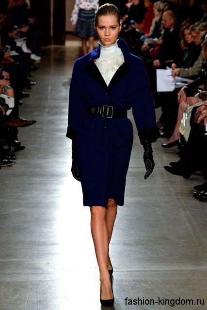 Стильное демисезонное пальто темно-синего цвета длиной до колен, с V-образным вырезом и акцентом на талии от Oscar de la Renta.