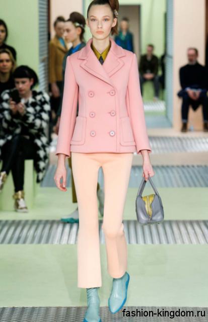 Демисезонное короткое пальто светло-розовое пальто в стиле ретро в тандеме с брюками клеш кремового оттенка от Prada.