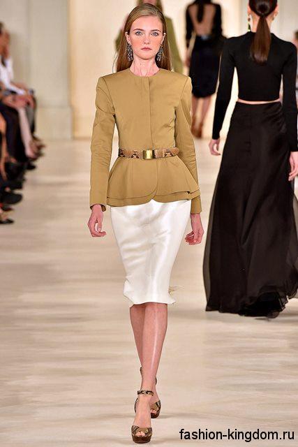 Атласная юбка-карандаш белого цвета в тандеме с жакетом светло-горчичного оттенка, приталенного кроя от Ralph Lauren.