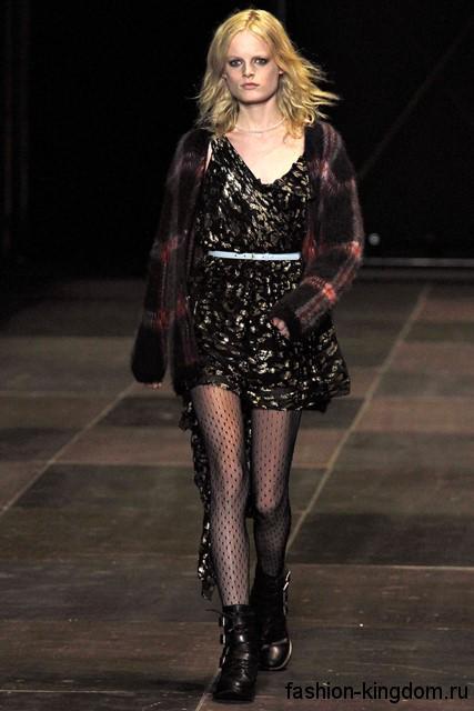 Осенняя клетчатая рубашка черного тона дополнит короткое платье черно-золотистой расцветки и черными ботинки на низком ходу от Saint Laurent.