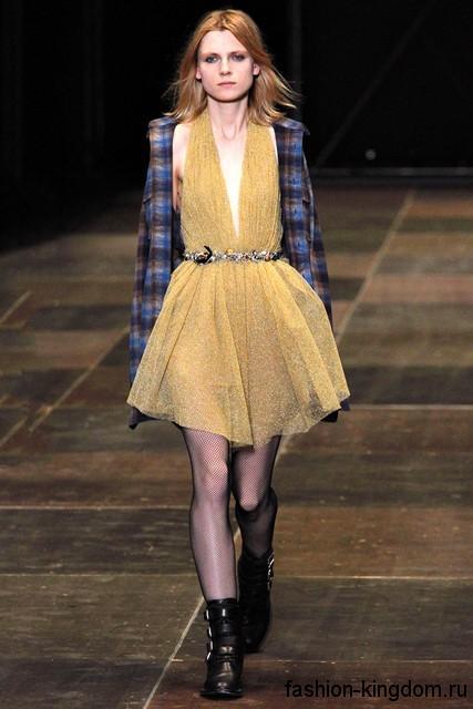 Женская клетчатая рубашка синего цвета с длинными рукавами гармонирует с вечерним коротким платьем желтого тона от Saint Laurent.