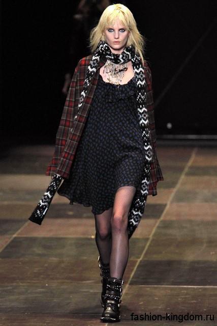 Теплая клетчатая рубашка темно-красного оттенка в сочетании с коротким черным платьем свободного кроя от Saint Laurent.
