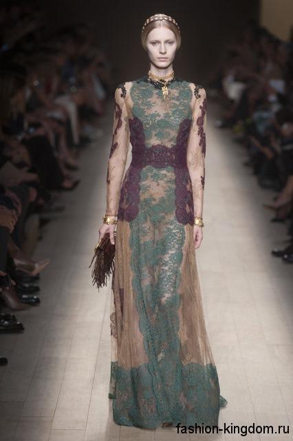Кружевное трехцветное платье длиной в пол, с длинными рукавами, в стиле 1900-х в сочетании с золотыми украшениями от Valentino.