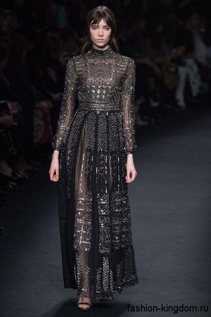 Вечернее длинное платье черного цвета с акцентом на талии в стиле 1900, с рукавами окорок, украшенное вышивкой, кружевом и стазами, от Valentino.