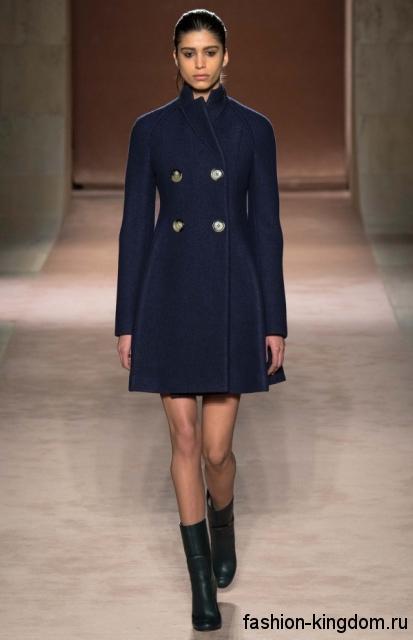 Модное демисезонное пальто длиной выше колен, темно-синего цвета, с воротником стойкой из коллекции Victoria Beckham.