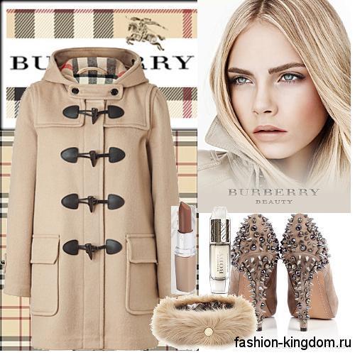 Модное демисезонное пальто бежевого цвета прямого силуэта, с капюшоном сочетается с туфлями бежевого тона со стразами на высоком каблуке.